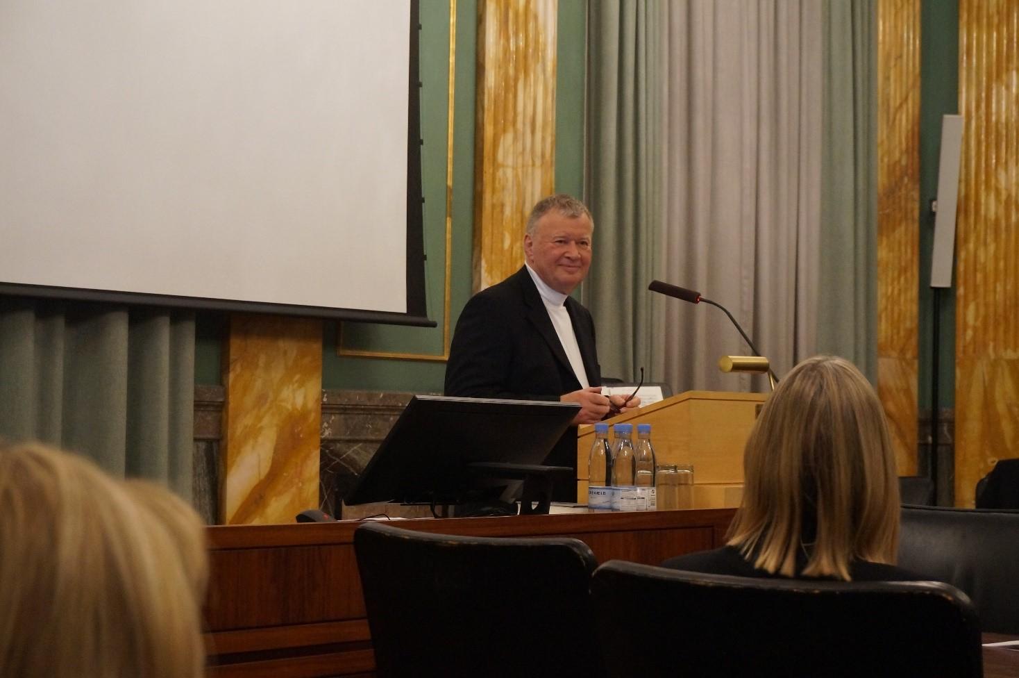 Professor Frans Gregersen beskriver i sin tale den brede humanistiske dimension i Mette Birkedal Bruuns forskning.