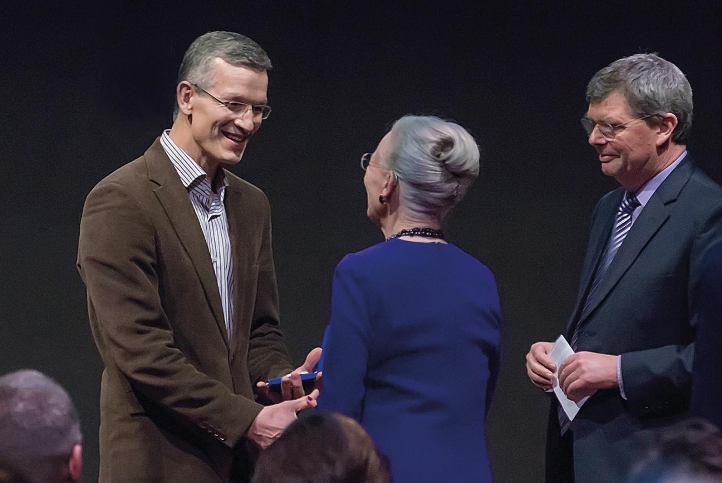 Her Majesty Queen Margrethe II of Denmark award Head of Center Bo Elberling the Hans Egede Medal (Photo: Hans Egede Medal)