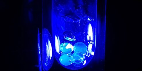 UV-light is used to activate the magnetism. Here, frozen balls of the bio-probe in liquid nitrogen are illuminated. (Foto: Andrea Capozzi og Christine P. Gunnarsson)