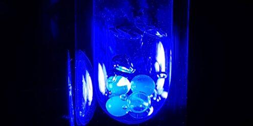 UV-lys anvendes til at aktivere magnetismen. Her belyses frosne kugler af kontraststoffet i flydende nitrogen. (Foto: Andrea Capozzi og Christine P. Gunnarsson)