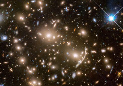 Billedet viser et udsnit af galaksehoben Abell 370, som var et af BUFFALO-projektets første mål at studere.