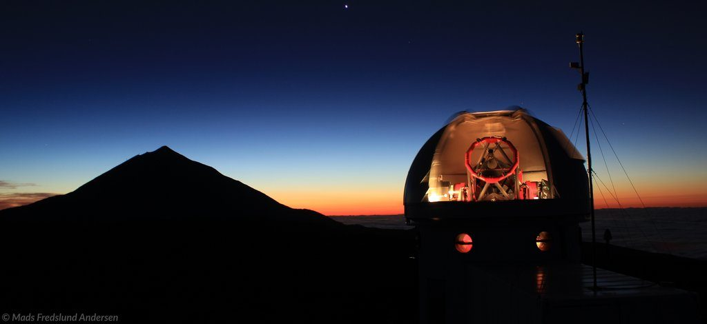The image shows the SONG-telescope at dusk and with the horizon in the background.