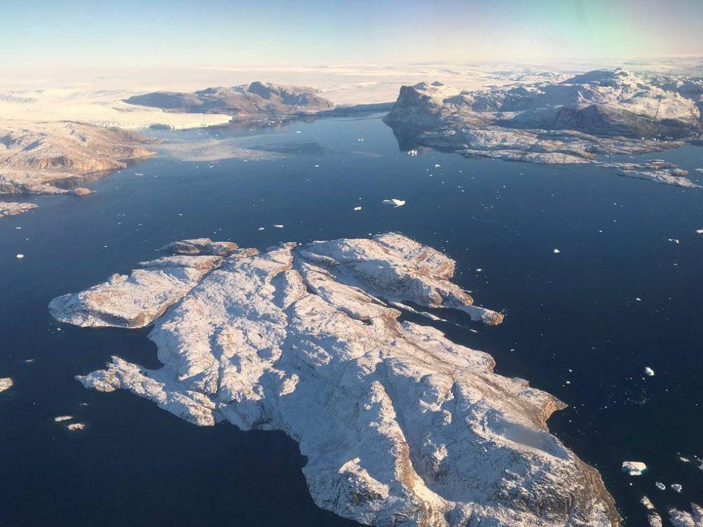 Luftfoto af en smeltende gletsjer på Grønland.