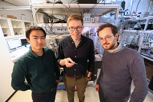 The picture shows the three Hy-Q-researchers behind the study: Ph.D. students Junxin Chen and Massimiliano Rossi stand on either side of David Mason, who is the lead author of the article.