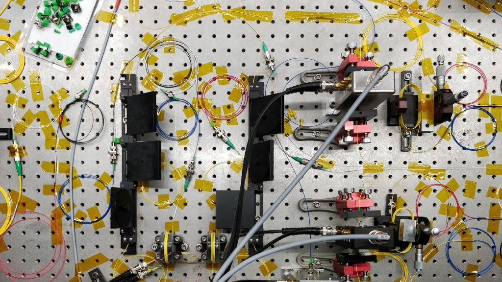 Foto af en del af forskergruppens opstilling af det kvantemekaniske eksperiment i laboratoriet