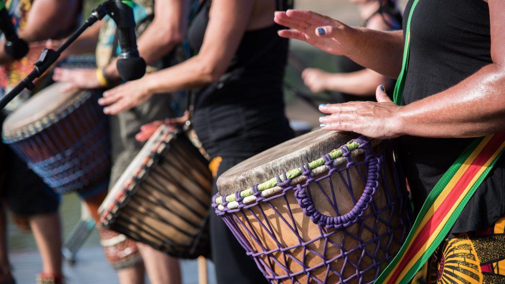 Musikere spiller på afrikanske trommer.