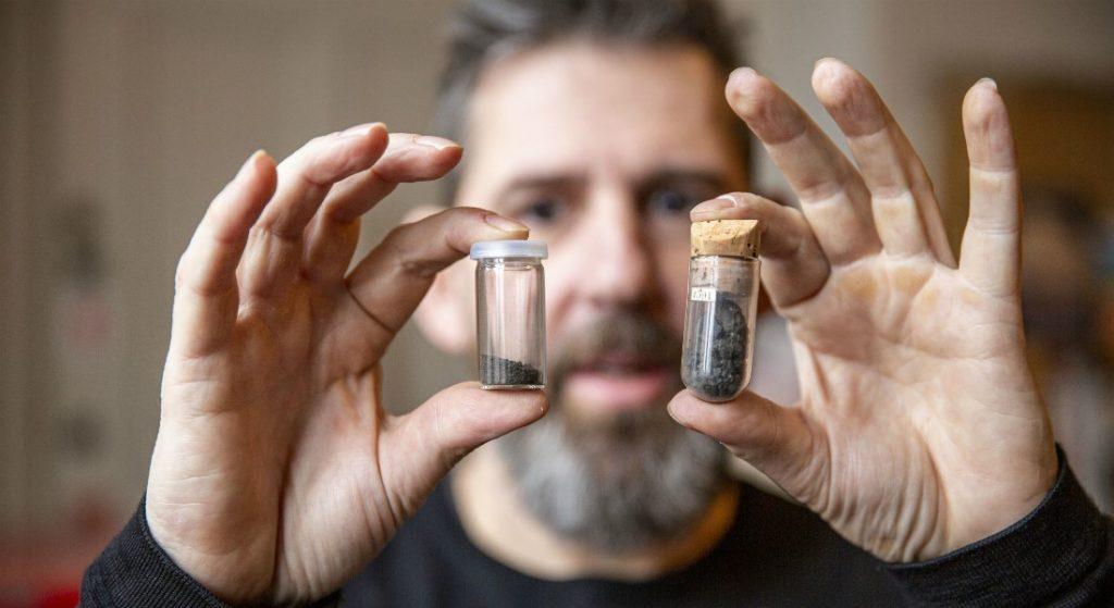 Billedet viser professor Martin Bizzarro fra STARPLAN, der holder to små beholdere med CI-chondritter.