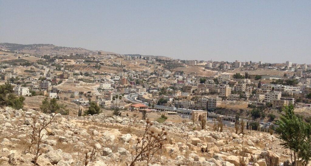 Udsigt fra Gerasa, hvor man kan se den moderne by Jerash.